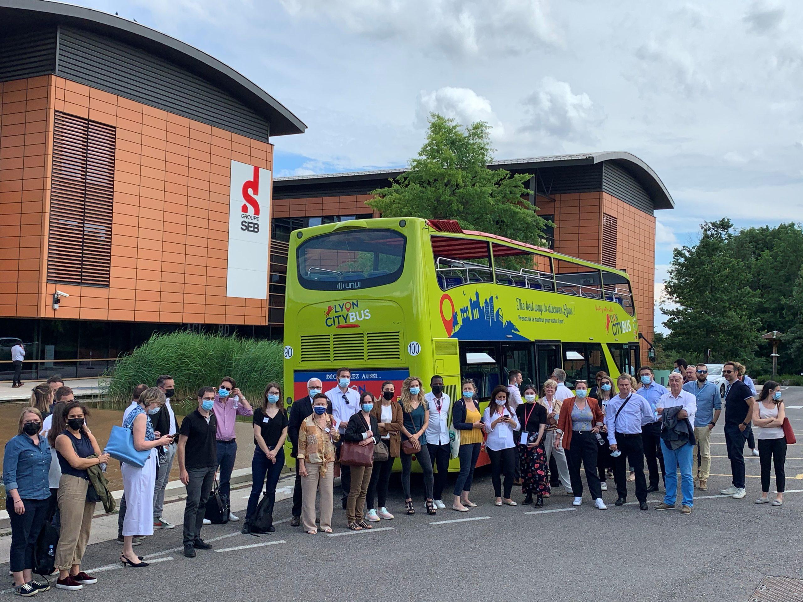 60 adhérents du MEDEF Lyon-Rhône étaient réunis pour la 2e édition du voyage apprenant Lyon Innovation, à bord d'un bus impérial à la découverte des projets innovants du territoire